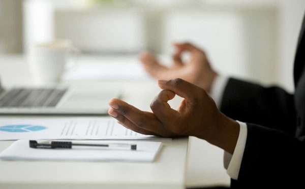 Mediteren op de werkvloer? Vijf tips om te ontspannen tijdens uw werkdag